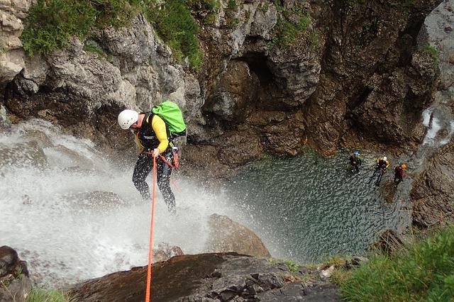 muži u vodopádu
